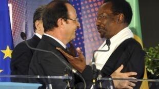 Le président français, François Hollande, et son homologue malien, Dioncounda Traore, à la conférence des donateurs, ce mardi 15 mai à Bruxelles.