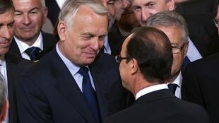 President Francois Hollande (R) speaks with newly appointed Prime MinisterJean-Marc Ayrault