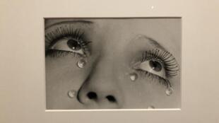 Vue de la photographie «Les larmes» (1932), exposée dans «Man Ray et la mode», à Marseille.