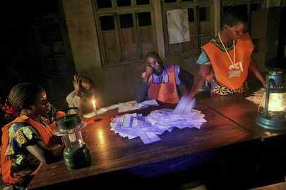 Dépouillement des bulletins dans un bureau de vote de Bunia (Ituri), dans l'est de la RDC, après le deuxième tour de la présidentielle de 2006