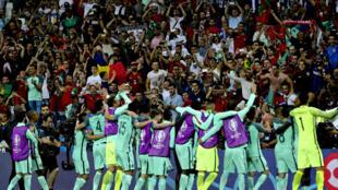 Festejos dos jogadores portugueses com os adeptos presentes em Lyon.