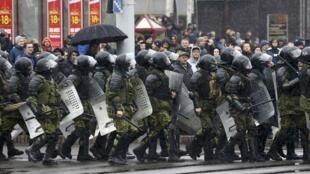 Les forces de l'ordre déployées dans les rues de Minsk pour empêcher la manifestation de l'opposition, le 25 mars 2017.