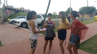 A Ciudad Del Este, au Paraguay, la journaliste Sofía Masi Veron distribue des flyers et fait de la «pédagogie de rue» afin de mobiliser le maximum de monde pour le 8 mars 2017.
