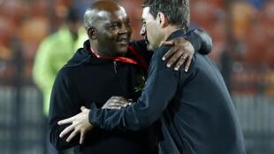 Pitso Mosimane (à gauche) en 2020 avec l'entraîneur auquel il succède à Al Ahly, le Suisse René Weiler.