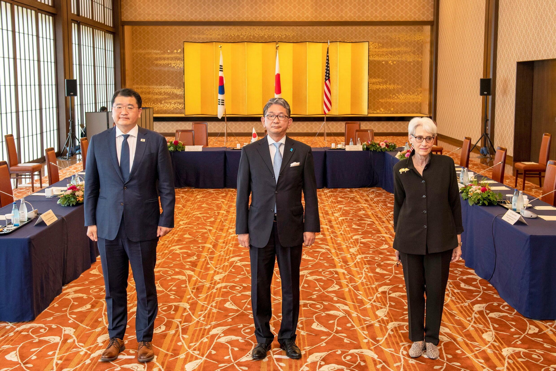 Thứ trưởng Ngoại Giao Nhật Takeo Mori (G), cùng đồng nhiệm Hàn Quốc Choi Jong Kun (T) và Hoa Kỳ Wendy Sherman chụp ảnh chung trước khi bước vào hội đàm ba bên, Tokyo, Nhật, ngày 21/07/2021.