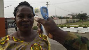 Ana gwajin zafin jikin wata mata a asibin soji dake Lagos a Najeriya saboda coronavirus