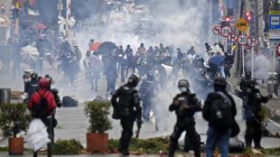 Fuerzas de seguridad reprimen una manifestación contra el proyecto de reforma tributaria frente a la casa del presidente Iván Duque en Bogotá el 1 de mayo de 2021