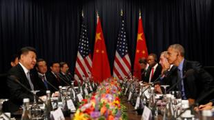 Os presidentes dos Estados Unidos, Barack Obama (d), e da China, Xi Jinping, participam da reunião de cúpula da Apec em Lima