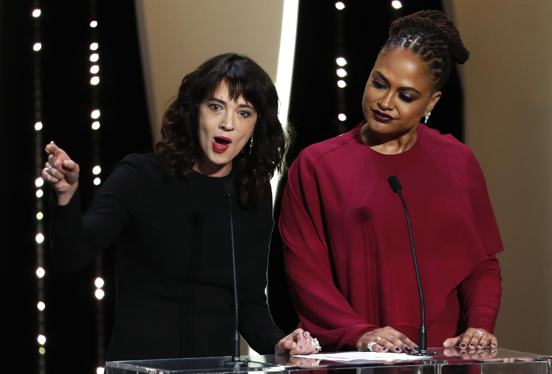 Asia Argento da un discurso junto al miembro del jurado Ava DuVernay.