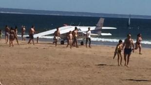 Avião faz pouso de emergência em praia de Portugal e mata dois banhistas