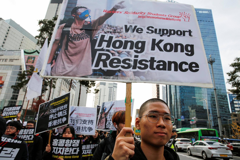 Thanh niên, sinh viên Hàn Quốc xuống đường ủng hộ phong trào phản kháng ở Hồng Kông. Ảnh tại Seoul, ngày 23/11/2019.