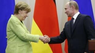 ប្រធានាធិបតីរុស្ស៊ី Vladimir Putin និងនាយករដ្ឋមន្ត្រីអាល្លឺម៉ង់ លោកស្រី  Angela Merkel 