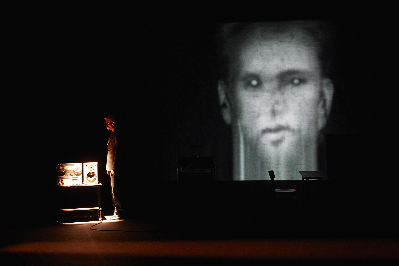 Filip Jordens dans « Le sec et l'humide » de Guy Cassiers, d'après un texte de Jonathan Littell et avec la voix de Johan Leysen.