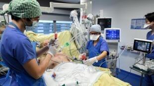Médicos atienden a un paciente de covid-19 en una unidad de cuidados intesivos de Paris el 26 de enero de 2021