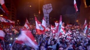 Des manifestants mobilisés à Beyrouth, dimanche 3 novembre.
