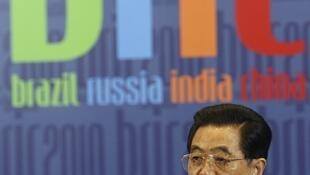 El presidente chino Hu Jintao habla durante la conferencia de prensa del BRIC en Brasilia, el 15 de abril de 2010.