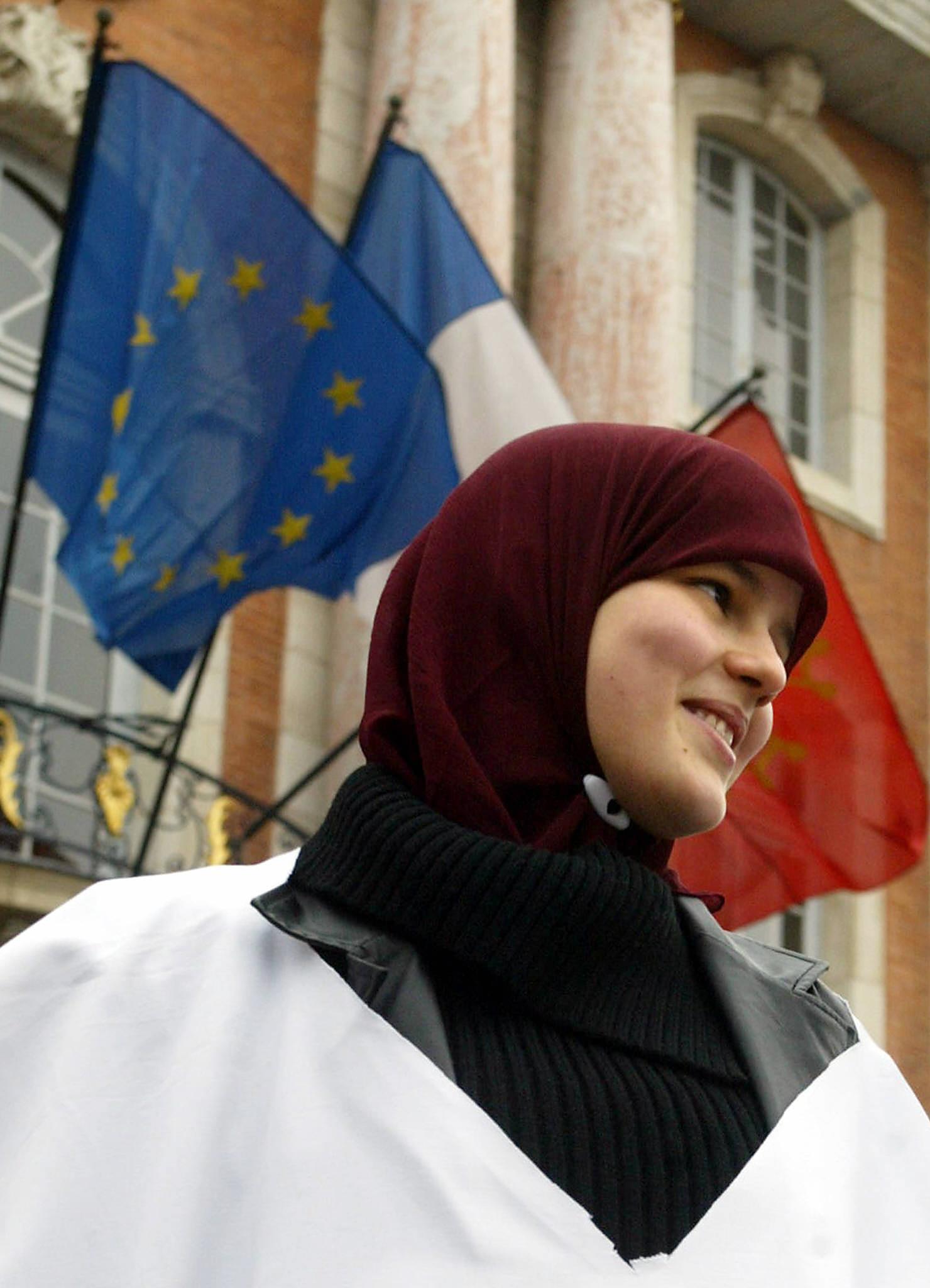 Véu islâmico é usado por muitas estudantes francesas muçulmanas.