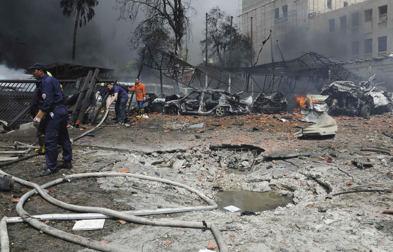 Sur le lieu de l'attentat à Damas, lundi 8 avril 2013.