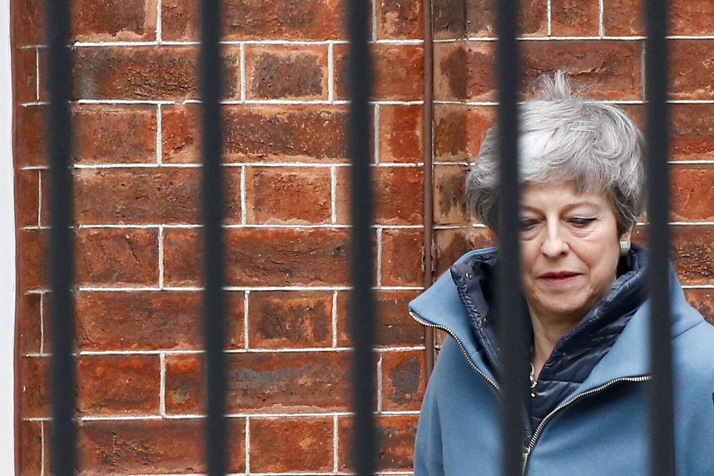 A imprensa britânica deste domingo afirma que a primeira-ministra Theresa May, cada dia mais isolada politicamente, pode perder o cargo.