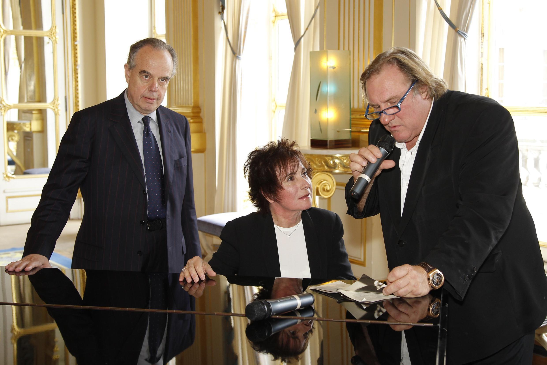 Министр культуры Франции Фредерик Миттеран (слева), певица Мари-Поль Бель и актер Жерар Депардье на открытии Праздника музыки.