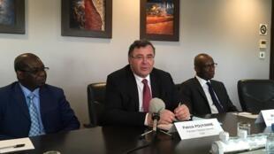 Au centre, Patrick Pouyanné, le PDG de Total, lors de la conférence de presse annonçant la signature des accords, à Dakar, le 2 mai 2017.