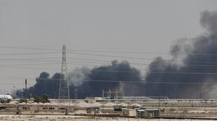 Nhà máy lọc dầu Abqaiq, miền đông Ả Rập Xê Út bốc cháy sau loạt tấn công hôm 14/09/2019