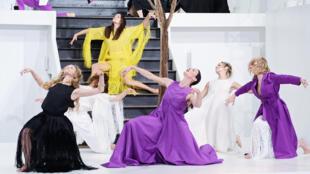 Le créateur libanais Rabih Kayrouz a presenté la saison dernière un défilé-performance interprété par l'étoile et directrice de la danse de l'Opéra de Paris Aurèlie Dupont.