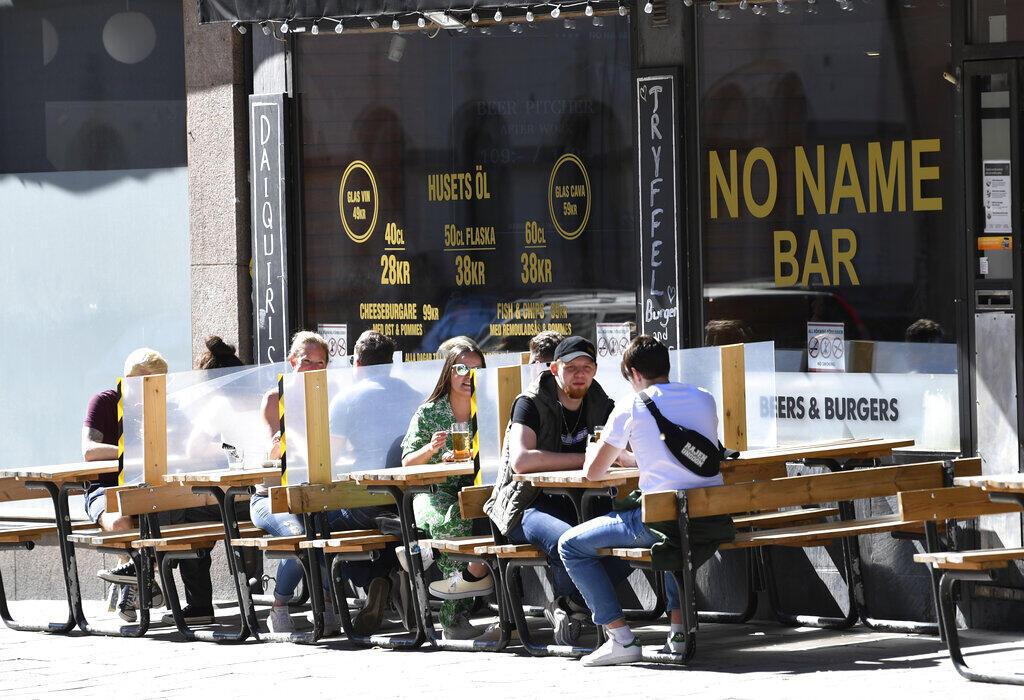 A Noruega e a Dinamarca anunciaram nesta sexta-feira que reabrirão suas fronteiras, mas excluirão a vizinha Suécia. Foto:As telas entre as mesas protegem os clientes sentados ao ar livre em um restaurante no centro de Estocolmo sábado, 30 de maio de 2020