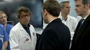 法国总统马克龙与萨拉查斯医生交谈资料图片