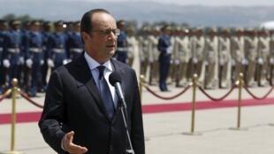 Francois Hollande na jawabi ga manema labarai a lokacin da ya isa Algeria.