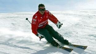 Foto de arquivo. Michael Schumacher a esquiar, no norte da Itália, em janeiro de 2004.