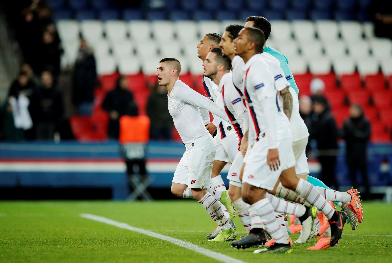 Los jugadores del Paris Saint Germain celebran su clasificación como primeros de grupo ante su público, el miércoles 11 de Diciembre de 2019, tras ganar al Galatasaray turco por 5-0.