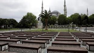 Des sièges vides devant la mosquée Sultanahmet à Istanbul, le 21 mai 2020, à trois jours du début des fêtes de l'Aïd el-Fitr.
