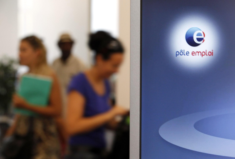 """Gente esperando en una agencia para el empleo """"Pôle Emploi""""."""