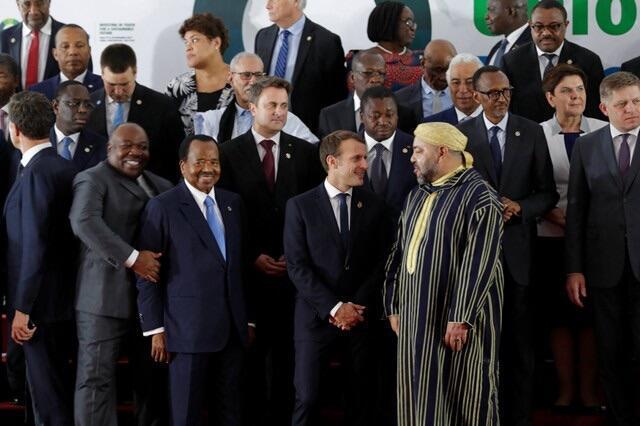 Shugaba Emmanuel Macron na Faransa na zantawa da sarkin Moroko Mohammed VI, A bayansu akwai Shugaban Gabon Ali Bongo Ondimba da takwaransa na Kamaru Paul Biya