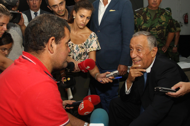 Presidente português conversa com um desalojado na Madeira na sequência dos incêndios, 10 de Agosto de 2016.