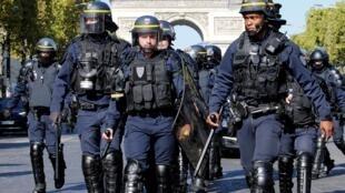 """Paris triển khai lực lượng cảnh sát đặc biệt chống bạo động nhân biểu tình """" Hồi 45"""" của phong trào Áo Vàng. Ảnh 21/09/2019."""