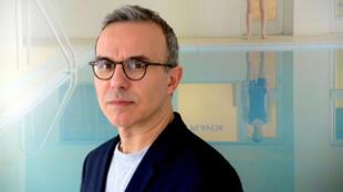 """Portrait de l'écrivain Philippe Besson pour """"Un personnage de roman"""", paru aux éditions Julliard."""