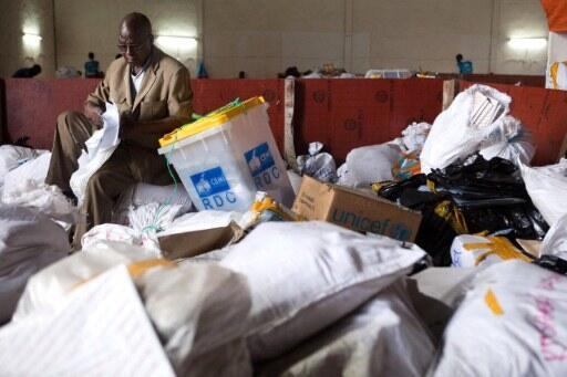 A Kinshasa, un agent de la Céni au milieu de sacs de bulletins de vote, le 3 décembre 2011. (Photo d'illustration)