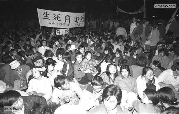 1989年5月13日,天安門廣場上三千學生髮起無限期絕食。圖為絕食行動第一夜,在天安門廣場上堅守的學生。絕食行動使學生運動轉變成一場群眾運動,包括數百萬的市民,首先是在北京,並迅速發展到幾乎所有的大城市。