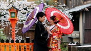 Một cặp vợ chồng trong bộ kimono truyền thống nhân mùa hoa anh đào tại Kyoto