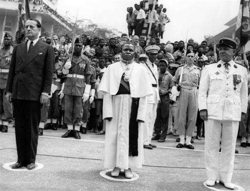 Brazzaville. 15 août 1960. Le ministre de la Culture André Malraux (g), l'abbé Fulbert Youlou (c) et le colonel Daboval (d), lors de la cérémonie de l'indépendance du Congo-Brazzaville.