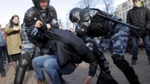 Полиция задерживает участников акции против коррупции 26 марта в Москве
