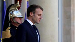 Tổng thống Pháp Emmanuel Macron chờ đón khách tại điện Élysée ngày 9/10/2018.