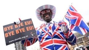 Một công dân Anh Quốc cầm biểu ngữ chia tay Liên Hiệp Châu Âu trước Nghị Viện Anh ngày 31/01/2020.