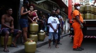 Dans le bidonville de la Rocinha, à Rio de Janeiro, des habitants attendent de recevoir des bouteilles de gaz, le 22 mai 2020.
