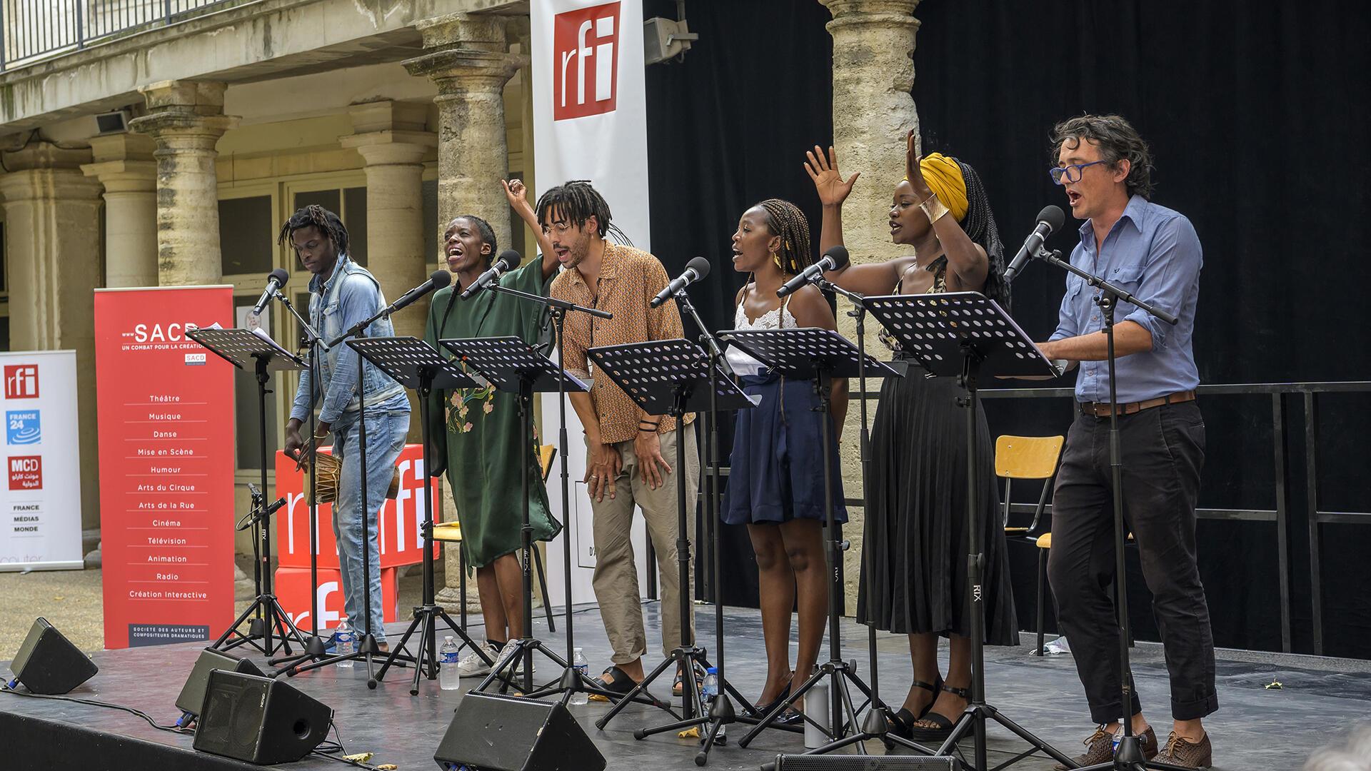 The actors Ibrahima Diokine Sambou, Sophie Senecaut, Tom Adjibi, Aminata Abdoulaye, Babetida Sadjo, Vincent Minne, during the readings of