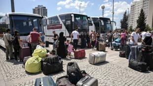 Famílias de refugiados sírios em Istambul, na Turquia, um dos países acolhedores