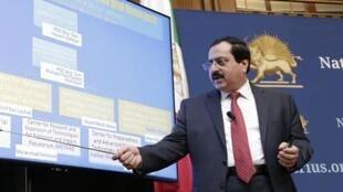 علیرضا جعفرزاده، معاون نمایندگی شورای ملی مقاومت در آمریکا، درحال توضیح دادن سایت جدید.