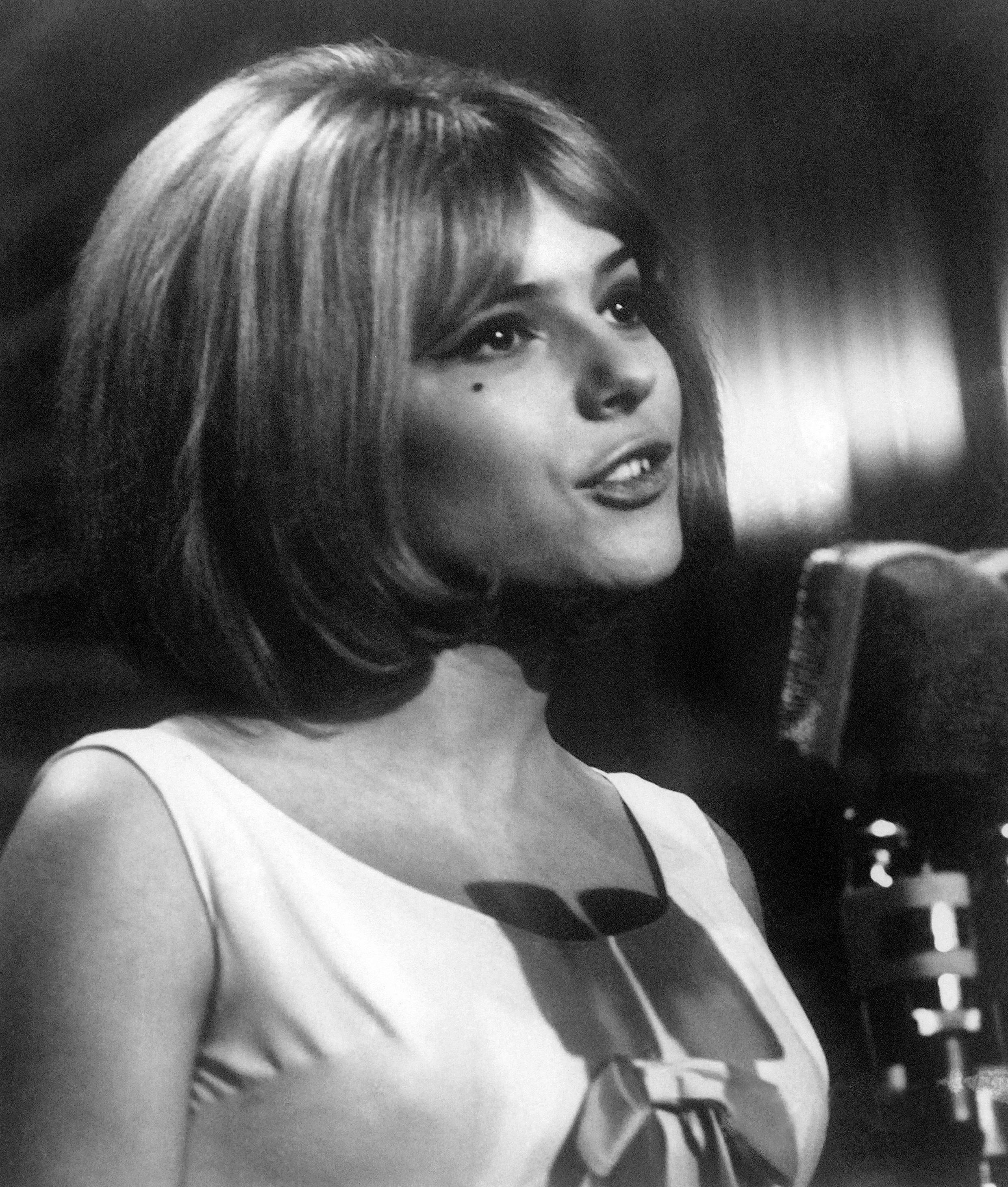 """France Gall a cantar """"Poupée de Cire, Poupée de Son"""", na Eurovisão de 1965."""